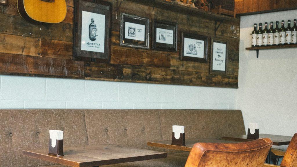 アートとギターのある壁のカフェ