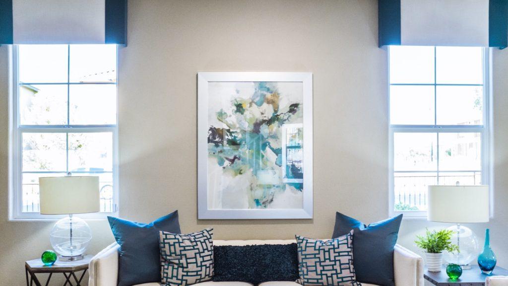 青と白の絵のある部屋