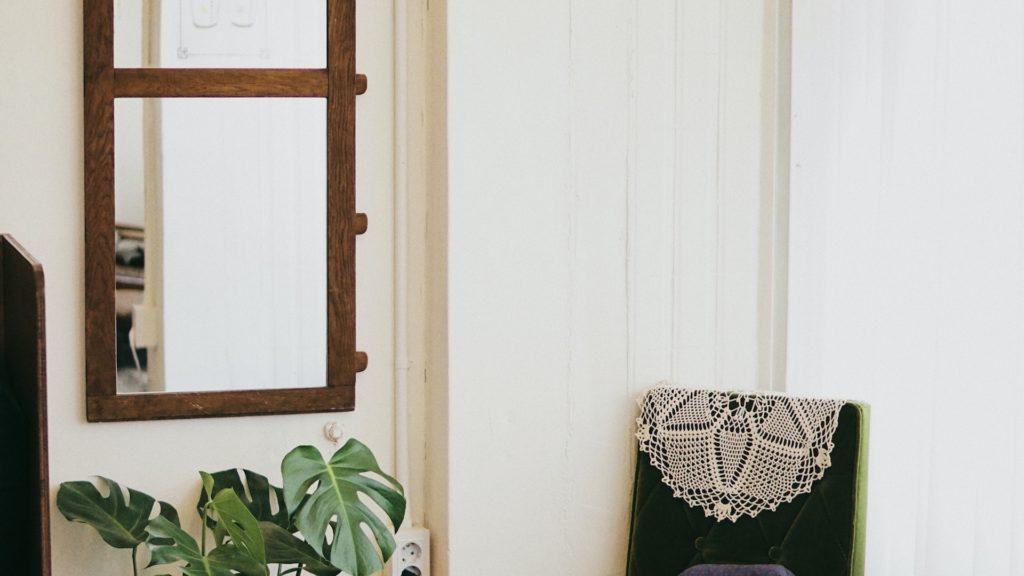 椅子と鏡のある部屋