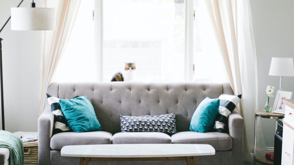 グレーのソファーと大きな窓