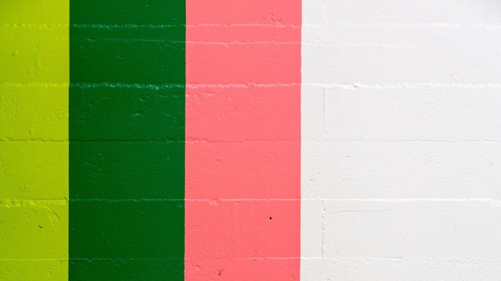 緑とピンクと白にペイントされた壁