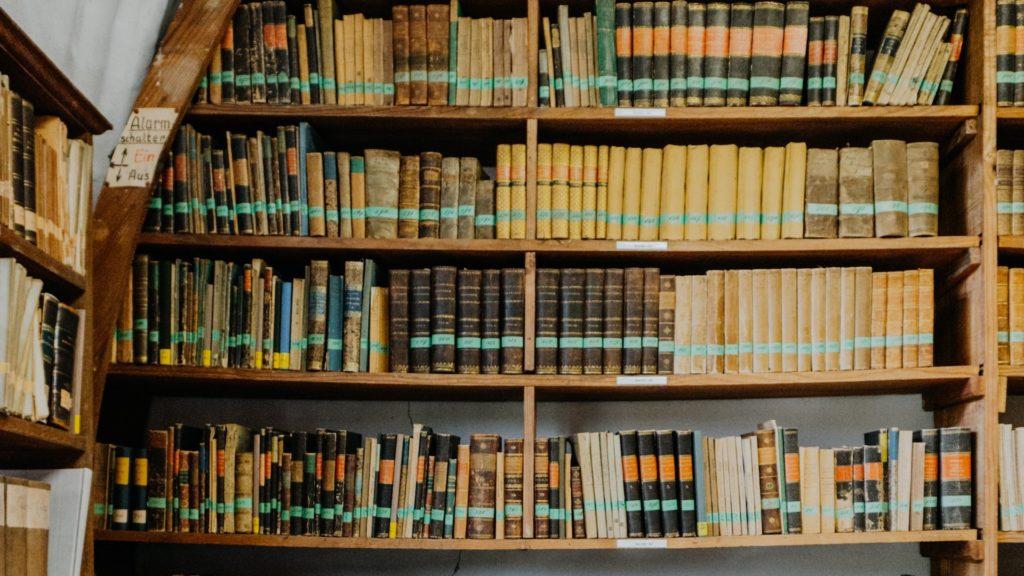 図書館の古い本と本棚