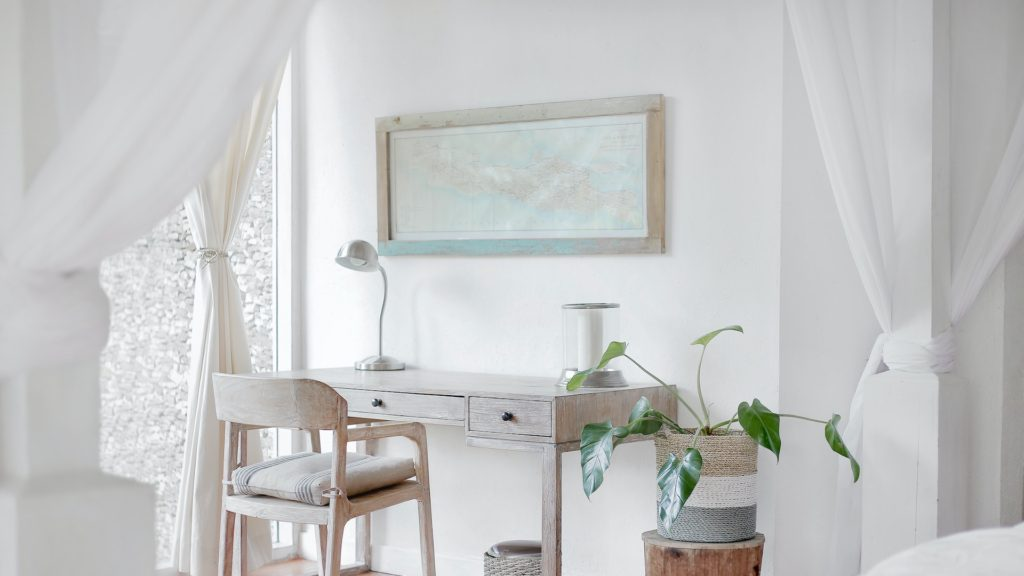 白い机とカーテンのある部屋