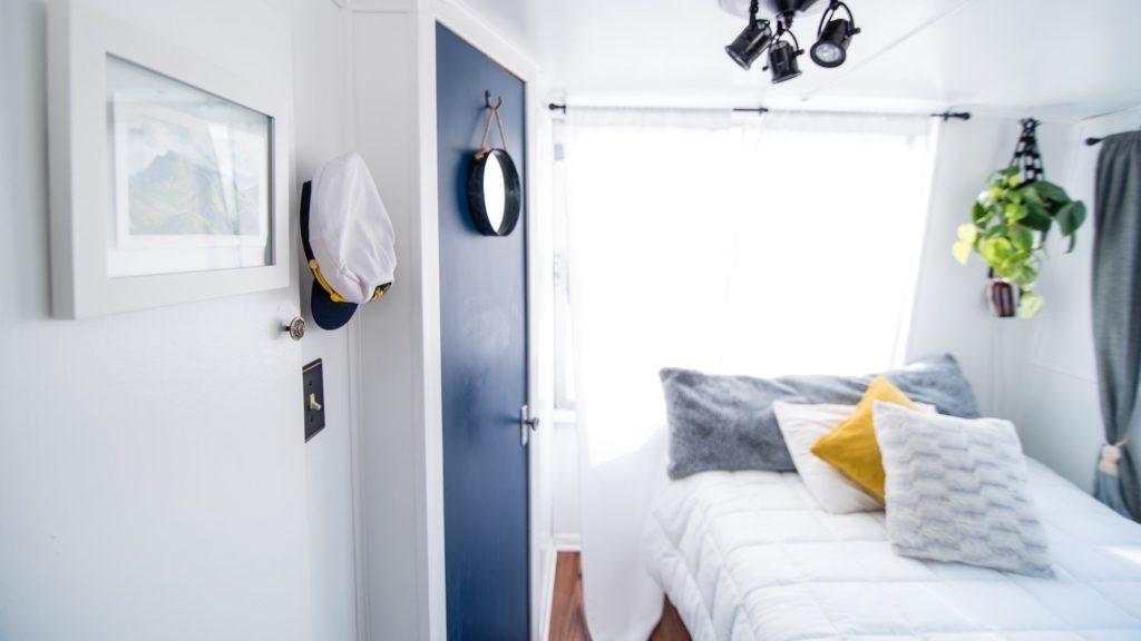 青いドアとベッドのある部屋