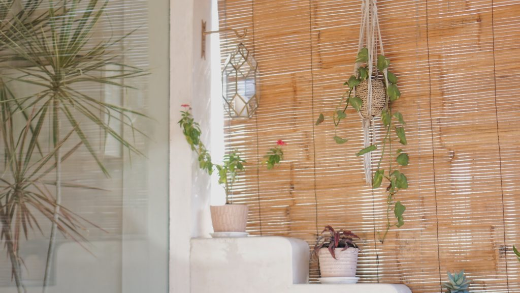 すだれと観葉植物のある部屋