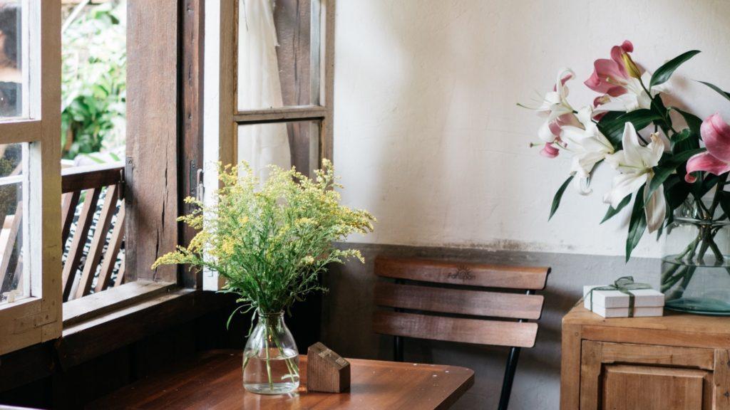 カフェの窓際の席