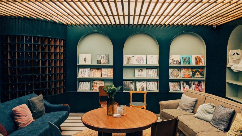 レコードのある緑の壁の部屋