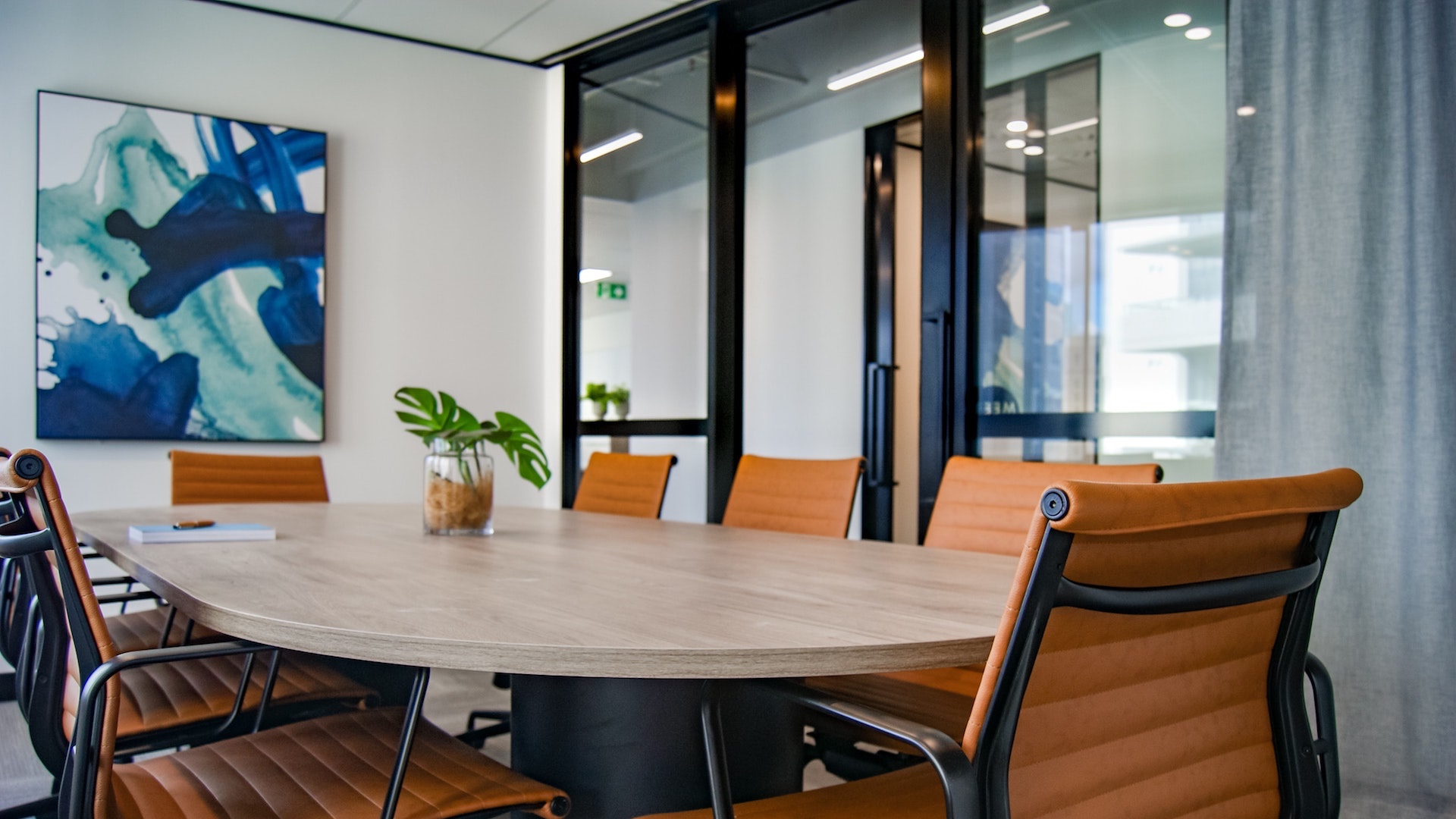 オレンジの椅子のある会議室