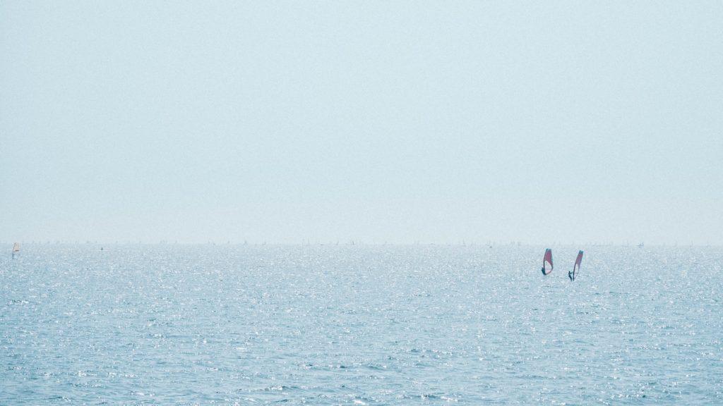 海とウインドサーファー