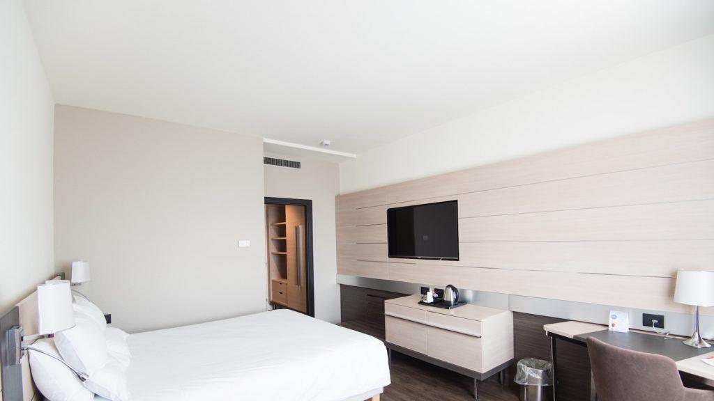 白い壁のホテルの部屋
