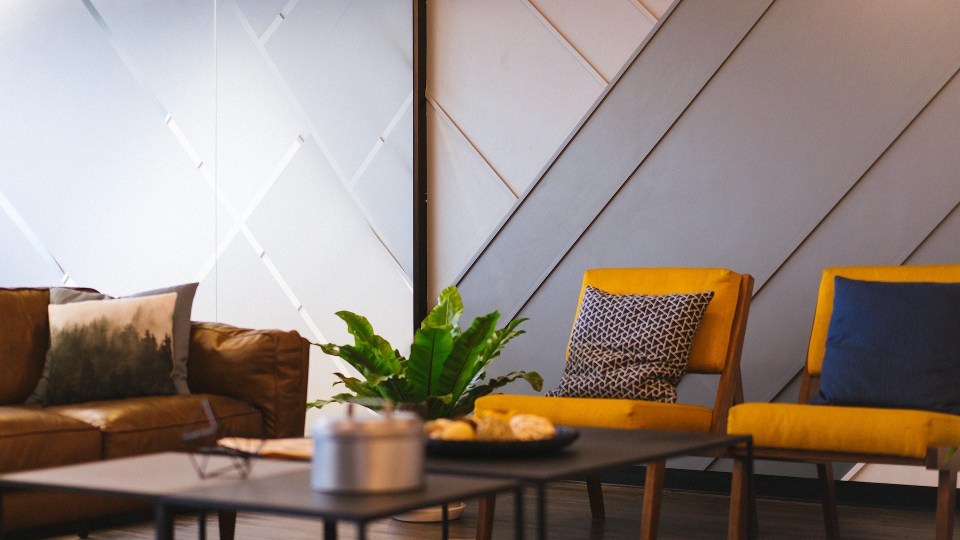 待合室の椅子とテーブル