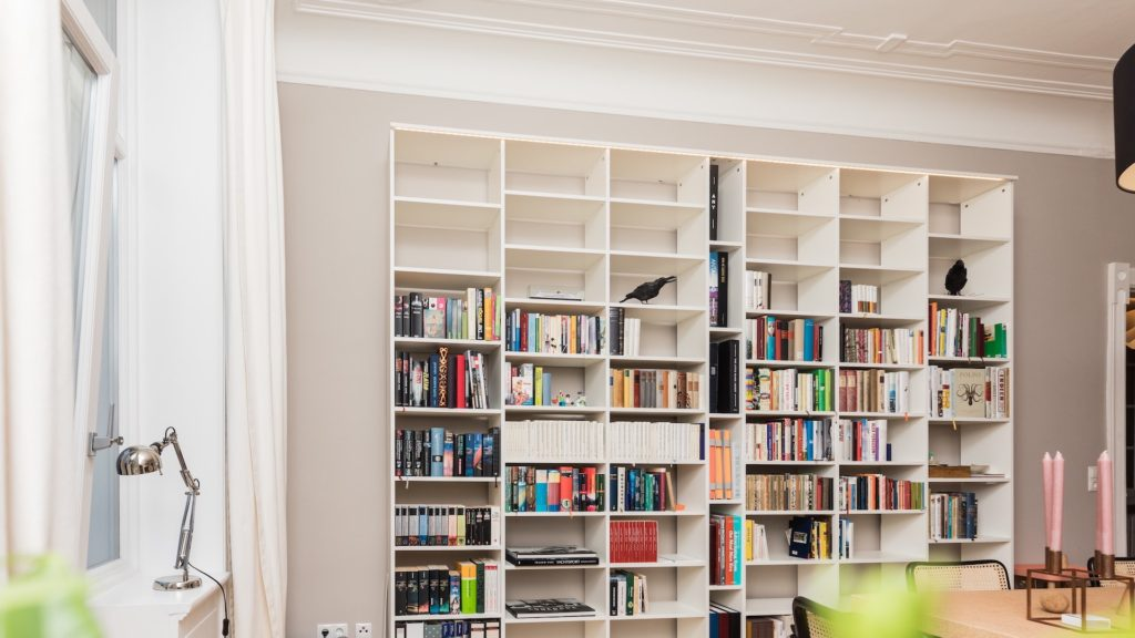 白い本棚のある部屋