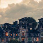 ハロウィンの夕方の街