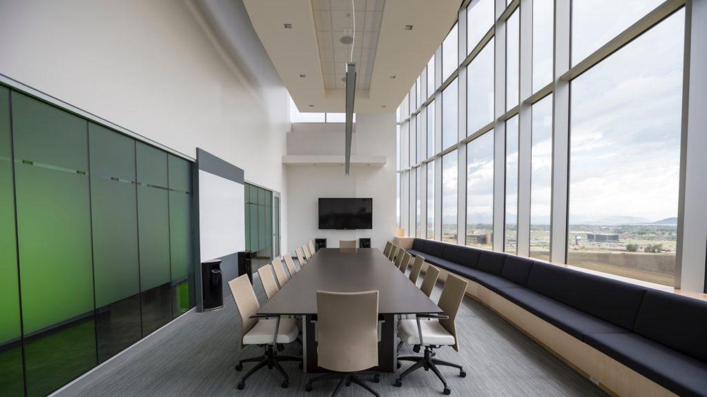 細長い会議室