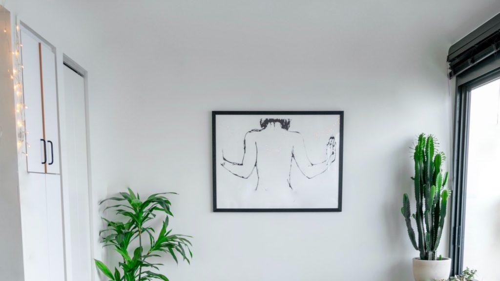 アートと観葉植物のある白い部屋