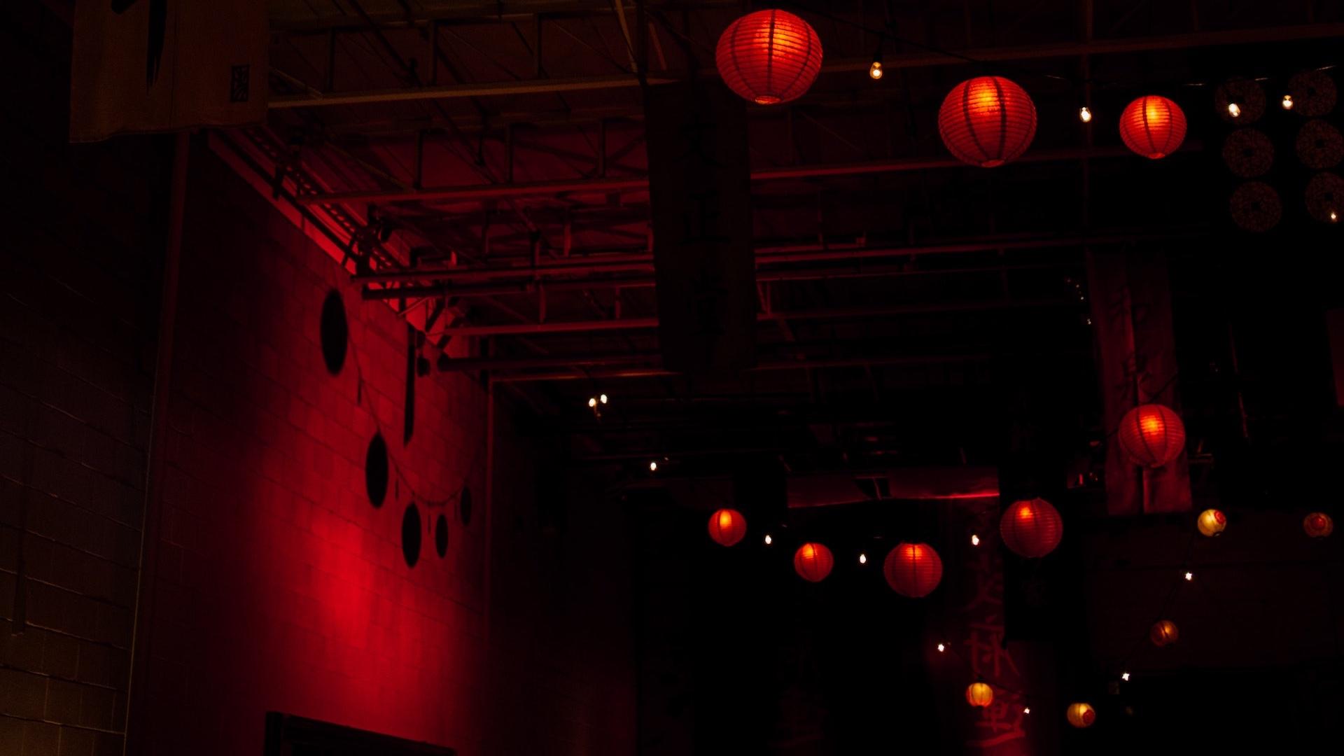 提灯のあるレンガの壁