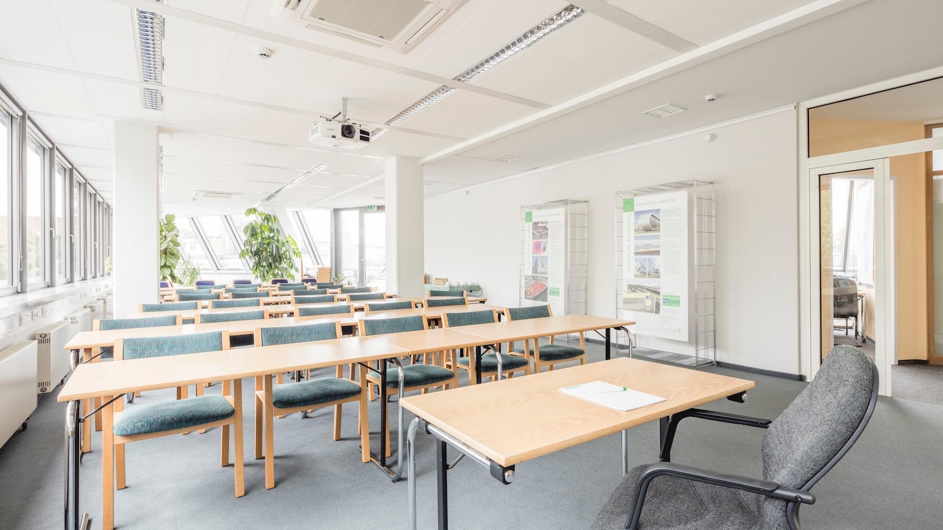 教室型に席が配置された会議室