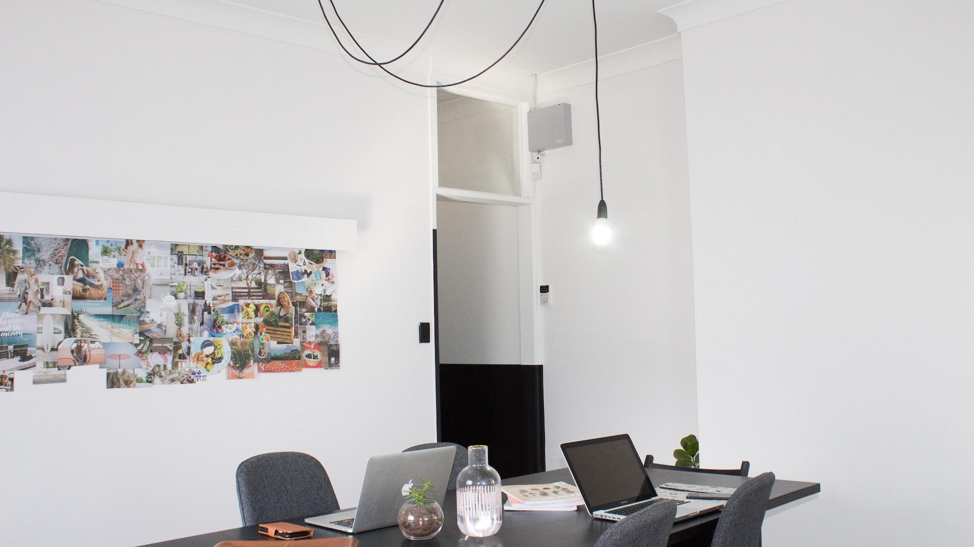 壁に写真が貼ってあるミーティングルーム
