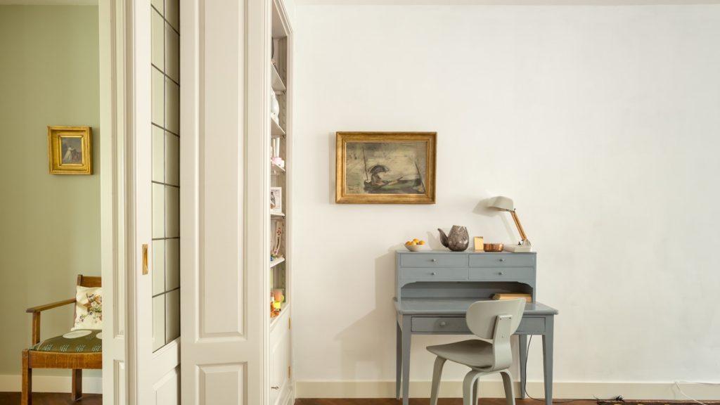 水色の机と写真フレームのある部屋