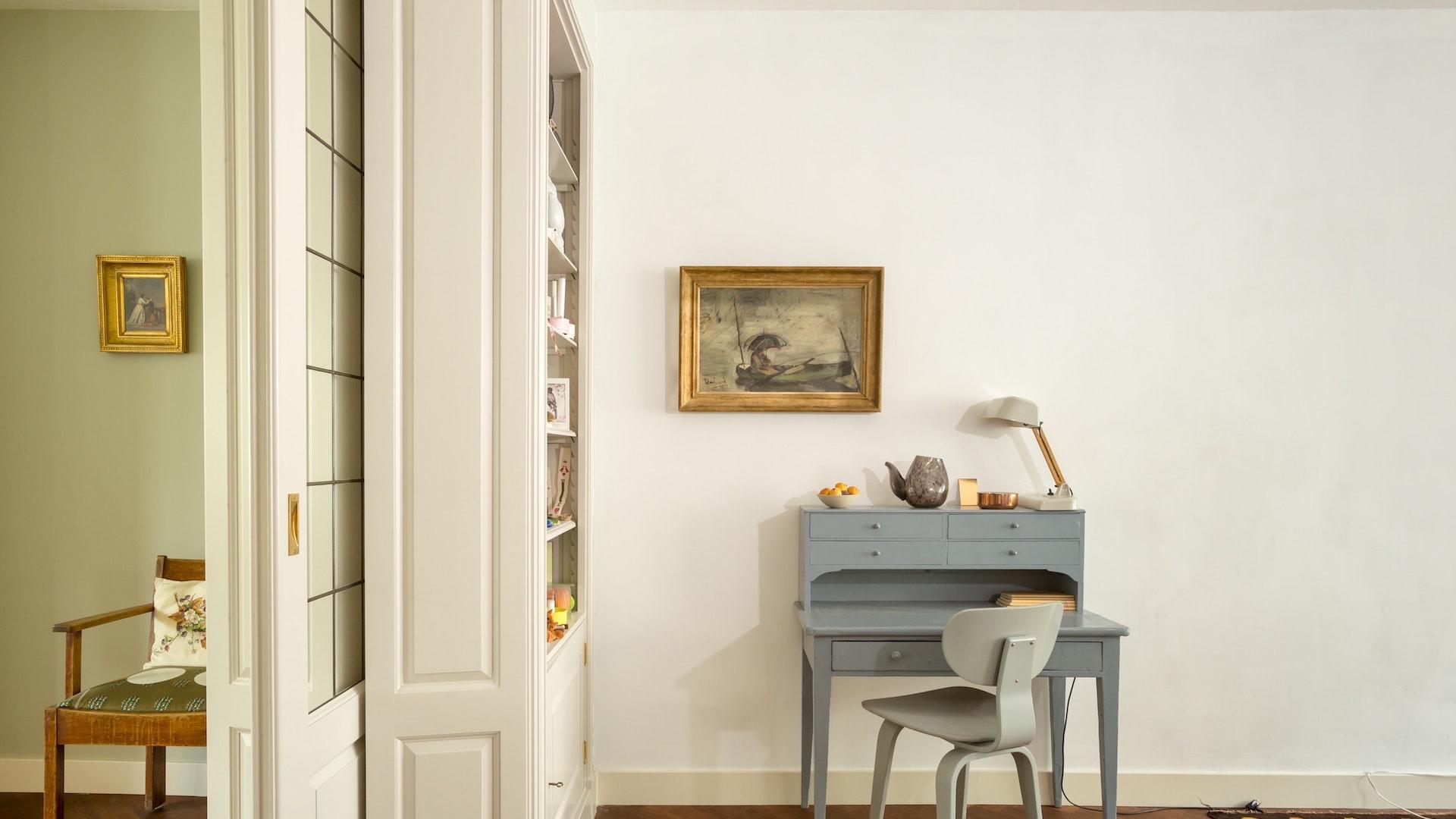 グレーの机と写真フレームのある部屋