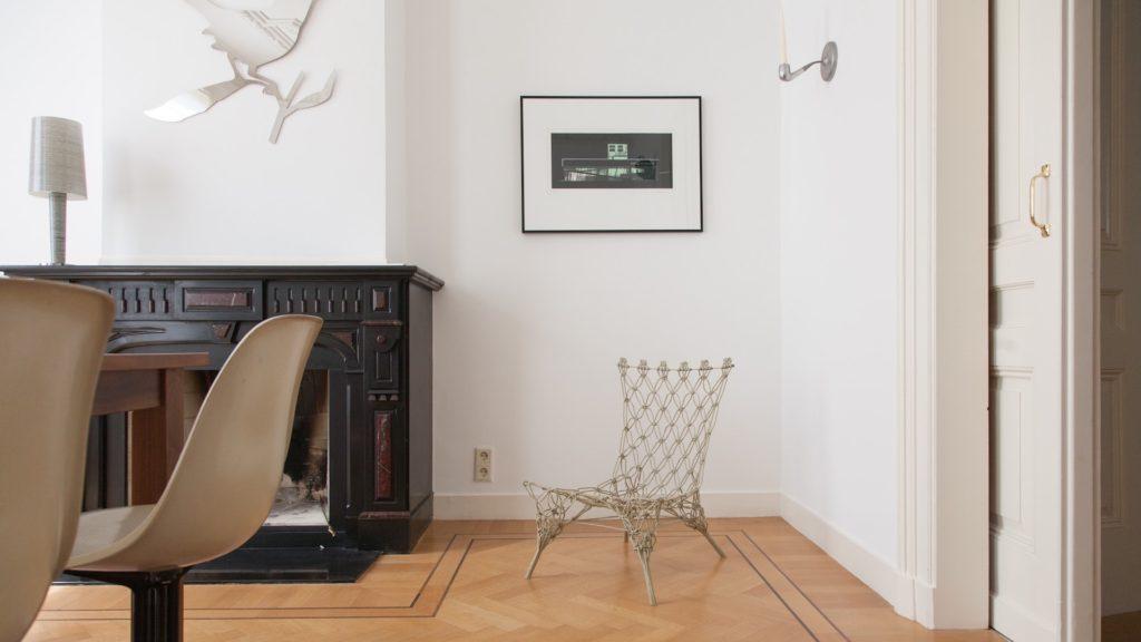 暖炉のある白い壁の部屋
