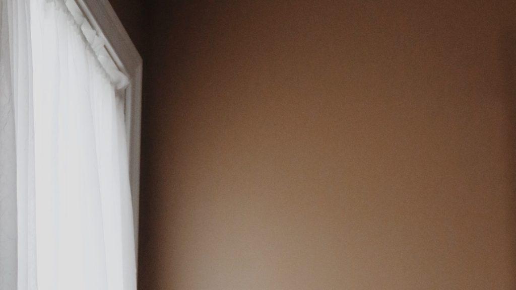 白いカーテンとアイボリーの壁