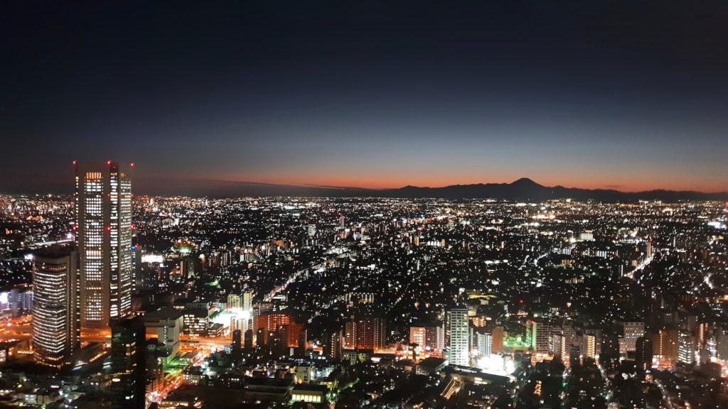 窓から見下ろす都会の夜の風景