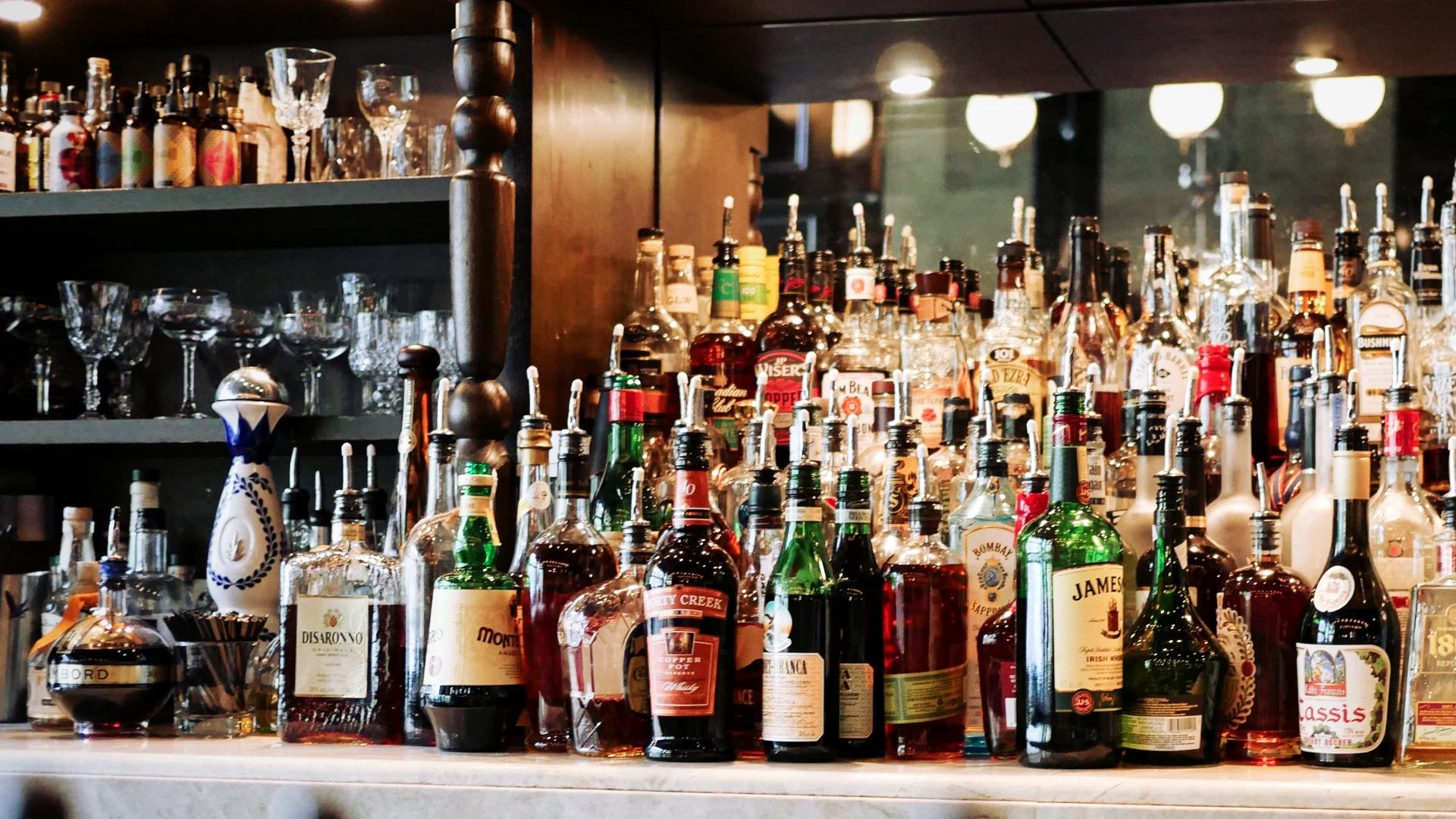 お酒の瓶がたくさん置いているカウンター