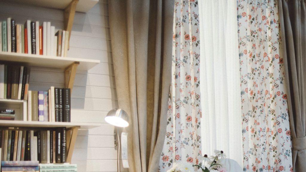 本棚と花柄のカーテンのあるかわいい部屋