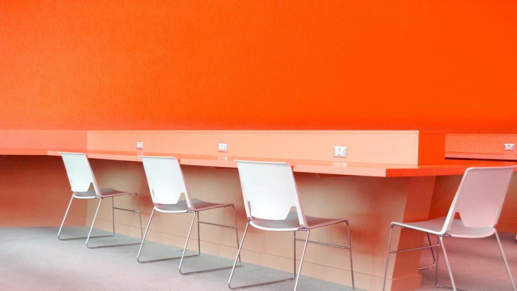 オレンジの壁のコワーキングスペース