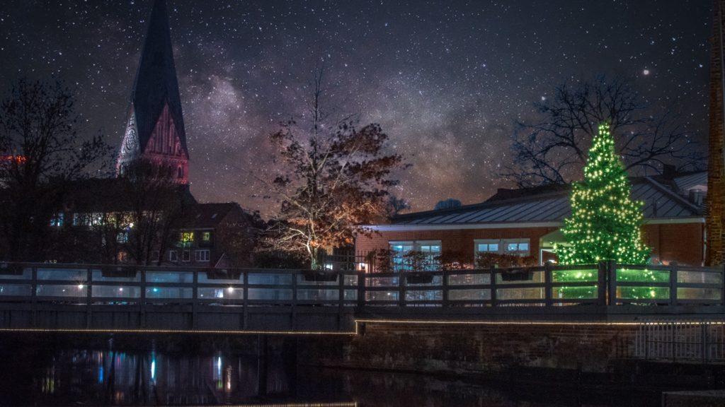 クリスマスツリーがライトアップされている夜の街