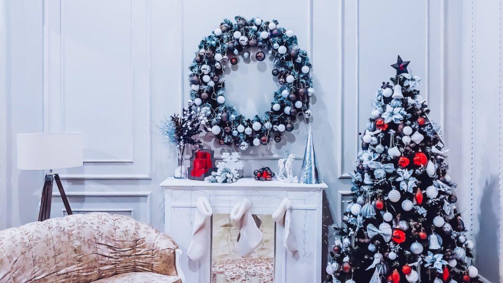 クリスマスツリーとリースのある白い壁の部屋