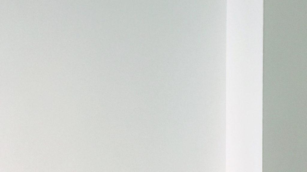 白とグレーの壁