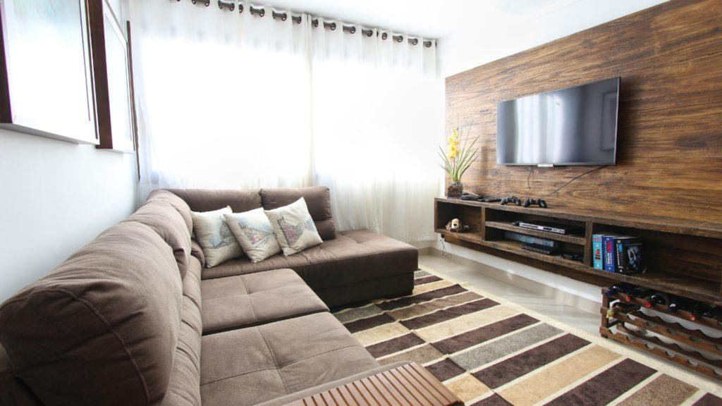 テレビとブラウンのソファーのある部屋