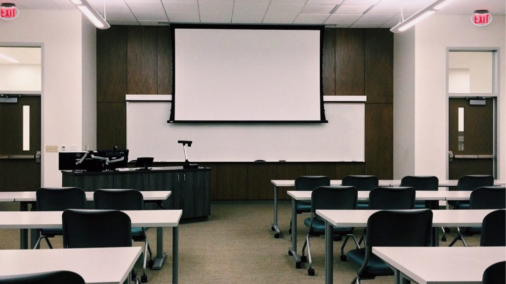 スクリーンのある会議室