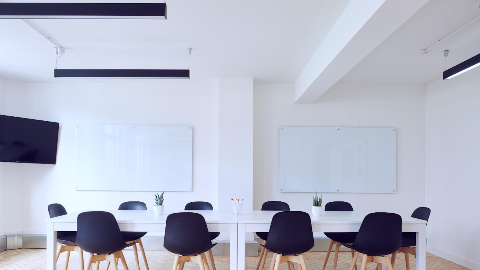 ホワイトボードのある会議室