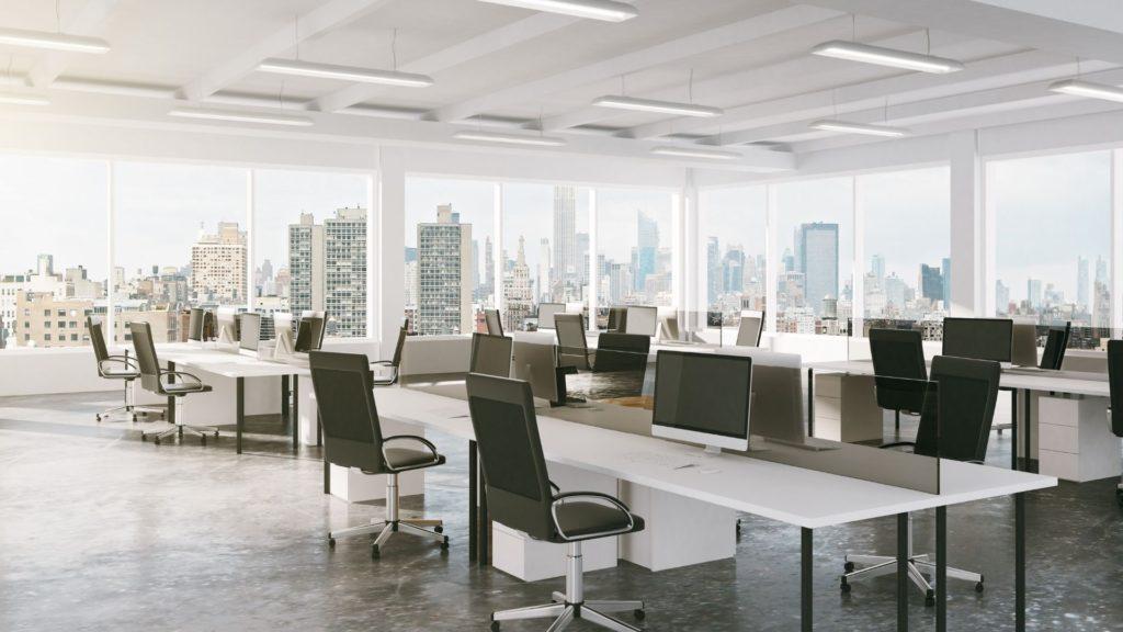 高いビルの見えるオフィス
