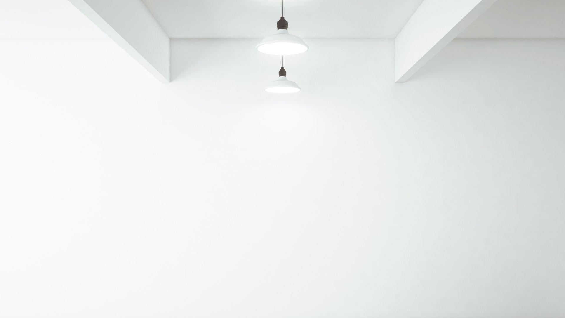 シーリングライトのある白い壁の部屋